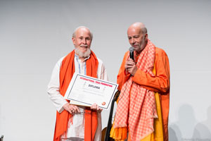 Swami Sai Sivananda, President of the Federation Francophone de Yoga presents the award to M. G. Satchidananda (click image to enlarge)